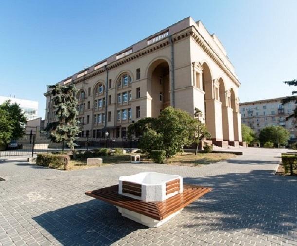 Новые зоны отдыха со скамейками и туями появились в центре Волгограда