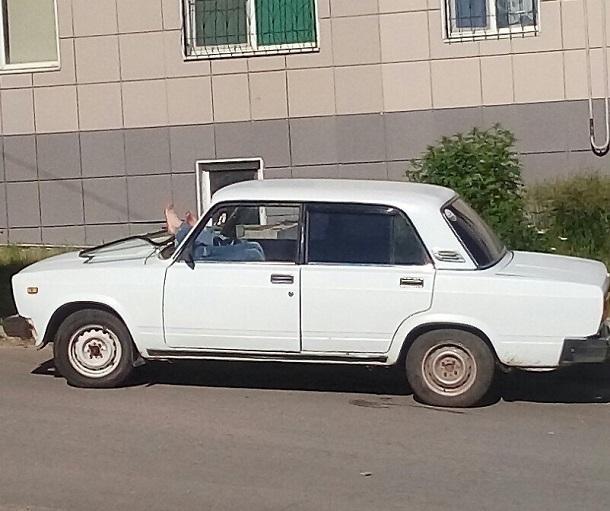 Суровые волгоградские мужчины выдавили лобовое стекло, чтобы уместиться на ночлег в ВАЗе