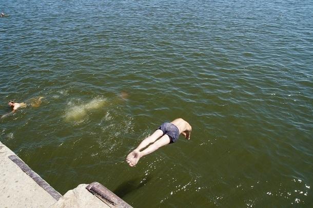 Мужчина утонул на набережной Волгограда: школьники пытались его спасти