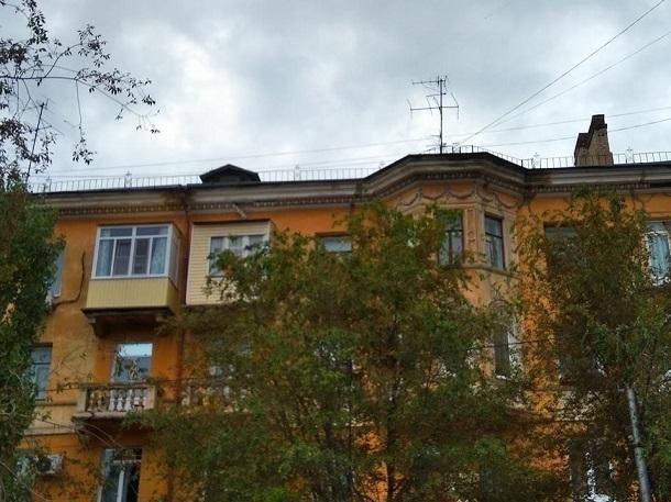 Кусок фасада оторвался от крыши дома на севере Волгограда