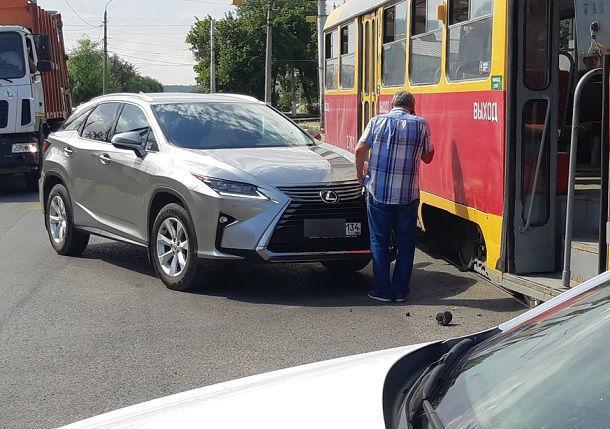 Протаранивший трамвай Lexus принадлежит главврачу одной из волгоградских больниц
