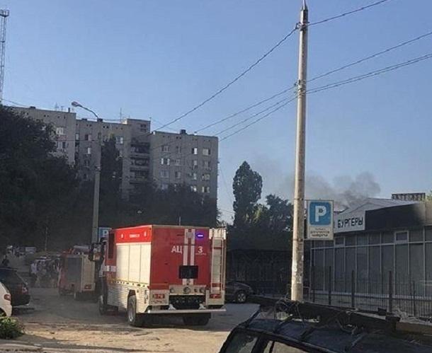 В Волгограде сняли на видео пожар в бургерной
