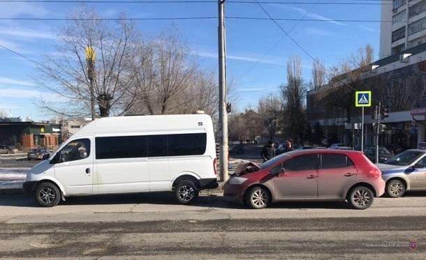 Toyota врезалась в маршрутку 15С на юге Волгограда: пассажир в больнице