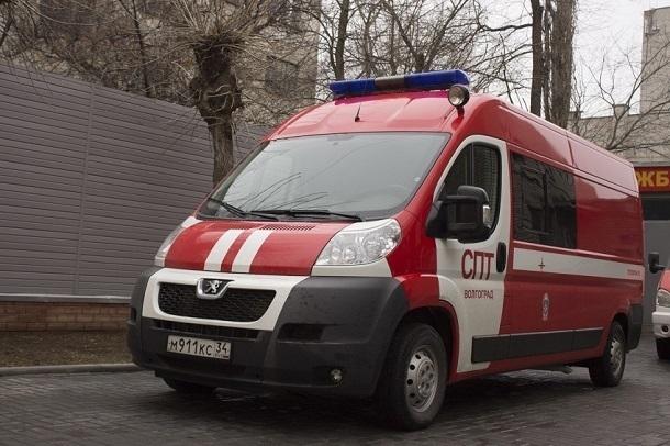 Lada Priora выгорела дотла во дворе дома на севере Волгограда