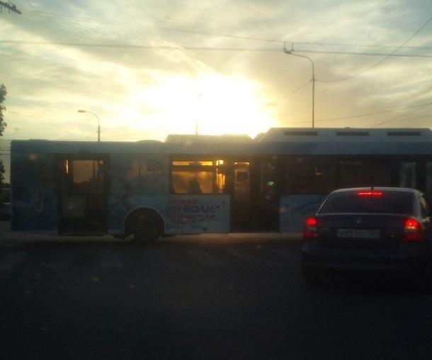 Автобус «Питеравто» перегородил продольную на юге Волгограда