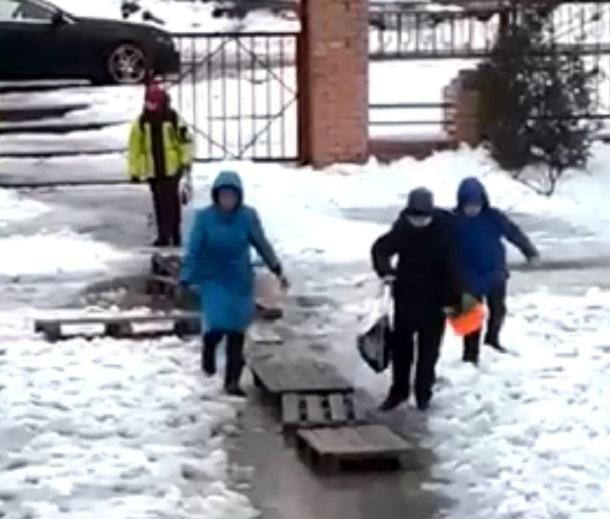 Попытка детей переплыть дорогу к школе попала на видео в Волгограде