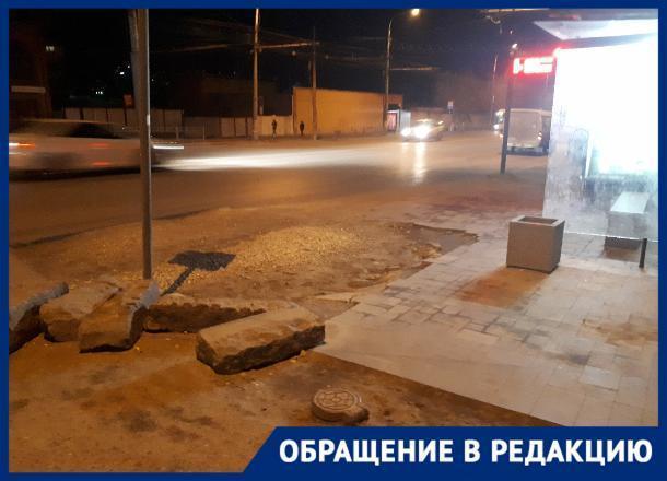 На остановке в Волгограде разбитый асфальт мешает заходить в общественный транспорт