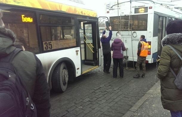 Автобус протаранил троллейбус в центре Волгограда