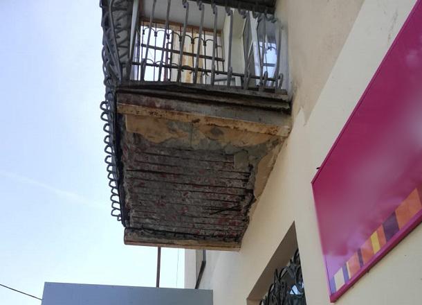 Спаслась чудом: балкон рухнул в метре от волгоградки