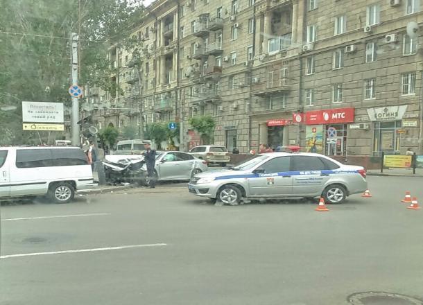 В центре Волгограда иномарка снесла светофор