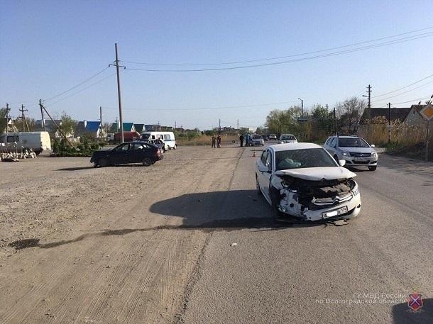 ВВолгограде в«двойном» ДТП пострадали мужчина иребенок