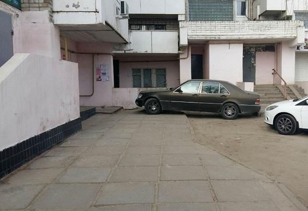 В Волгограде водитель иномарки припарковался на ступеньках подъезда