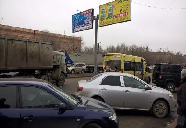 ВВолгограде на 2-ой Продольной КАМАЗ въехал вмаршрутное такси