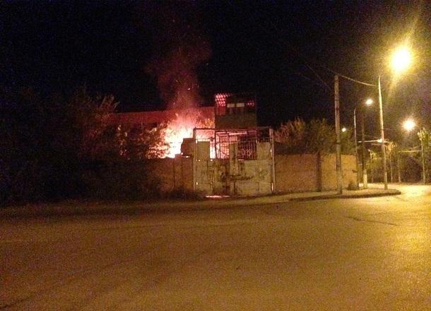 В заброшенном цеху Волгоградского тракторного завода произошел сильный пожар