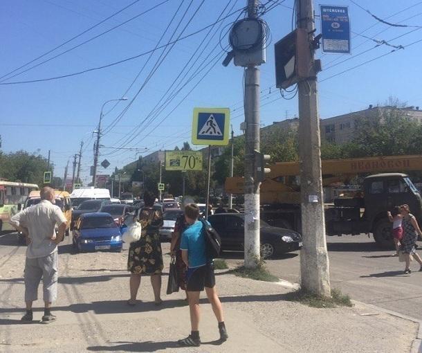 Автокран устроил ДТП и парализовал движение троллейбусов в Волгограде