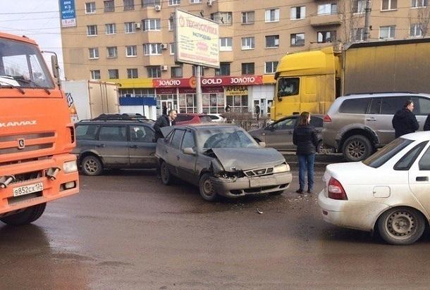 ВВолгограде Университетский проспект встал из-за происшествия надороге спятью авто