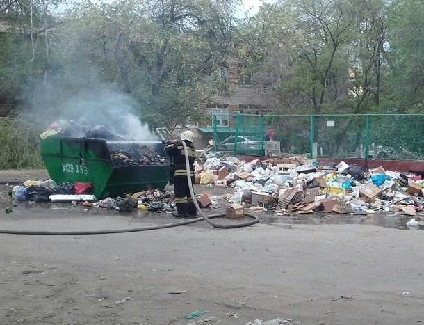 Бомжи устроили пожар около детской поликлиники в Волгограде