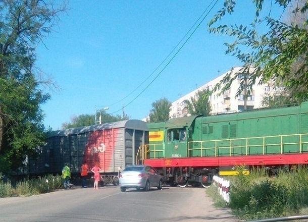 На юге Волгограда женщина на иномарке въехала под поезд
