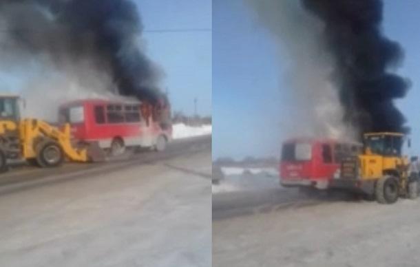 Горящий ритуальный автобус сняли на видео под Волгоградом