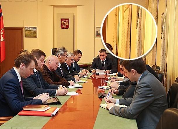 После критики гражданского активиста волгоградский губернатор убрал из кабинета занавески в горошек