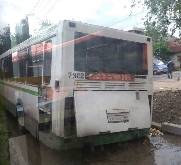 Пассажирский автобус провалился в ливневку на дороге Волгограда