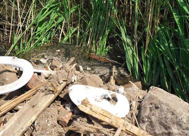 Снесенные дома утилизируют в реке Гусихе, – жители Калача-на-Дону о местном ноу-хау