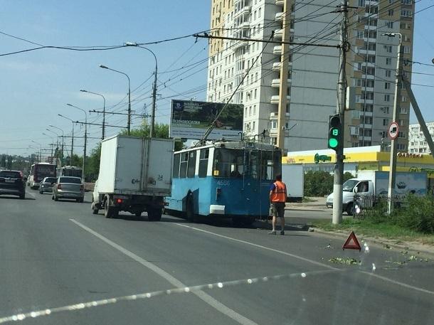 Из-за поломки троллейбуса парализовано движение на севере Волгограда