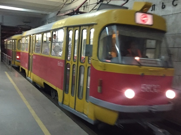 Водитель легковушки попал под колеса трамвая на юге Волгограда