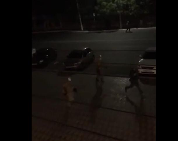 Очевидцы сняли на видео бегущих от вечерней перестрелки волгоградцев