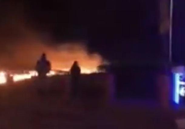 В Волгограде попало на видео, как огонь подбирается к заправке