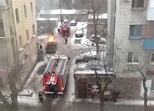 Свидетели сняли навидео горящий вцентре Волгограда Range Rover