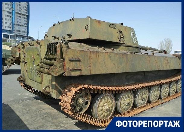 Облезлый парк военной техники возле «Гасителя» в Волгограде показал фотограф
