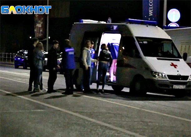 Первые минуты после столкновения катамарана с баржей в Волгограде попали на видео: пострадавшим оказывают помощь