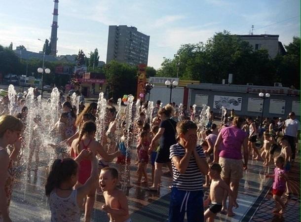 Волгоградцы спорят о пользе и тактичности купания в городских фонтанах