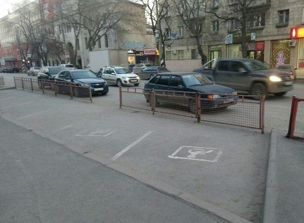 У волгоградцев забрали большой парковочный карман в центре города