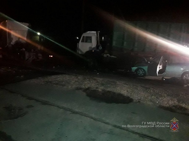 Datsun влетел под фуру на ночной дороге в Волгограде: 2 человека погибли