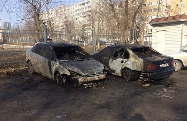 Поджог двух иномарок в Волгограде попал на видео