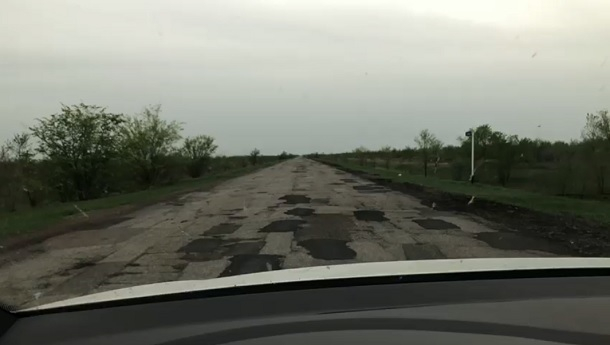 Волгоградка сняла на видео страшные провалы на трассе Волгоград- Быково