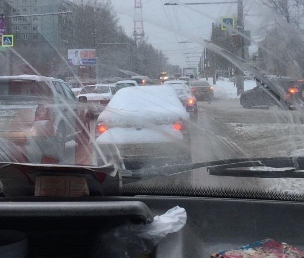 «Неожиданный» снегопад поставил Волгоград в позу транспортного коллапса