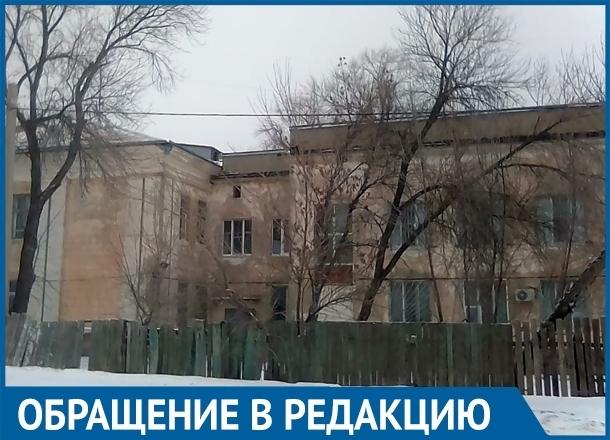Пенсионеры и дети бьются головой о лед возле больницы на юге Волгограда