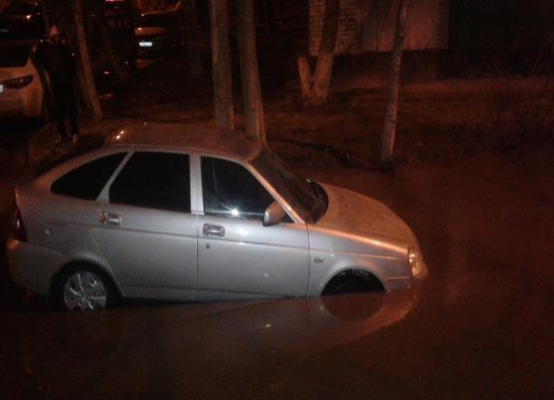 «Океан Ткачева»: в гигантской луже тонут автомобили в центре Волгограда