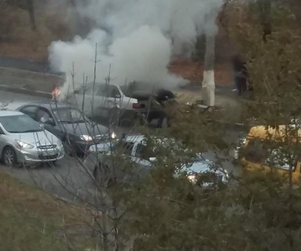 Автомобиль загорелся утром на дороге в Волгограде