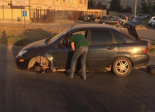 На западе Волгограда иномарка с оторванным колесом собирает пробку