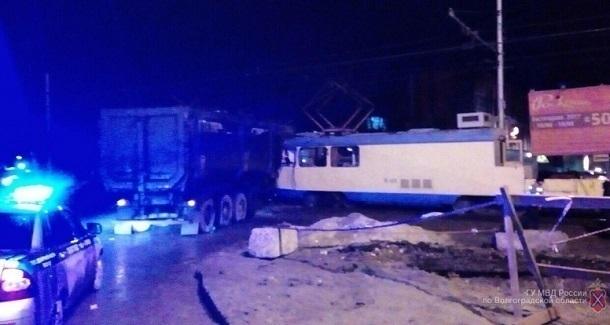 Вцентре Волгограда ночью фургон смял спецвагон трамвая