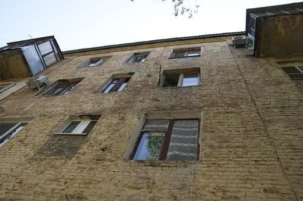 Гулявший на вписке подросток в Волжском выпал с 4 этажа