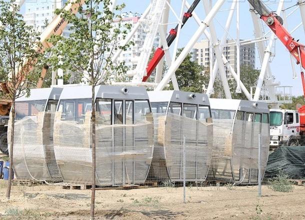 На колесе обозрения в центре Волгограда начали монтировать кабинки