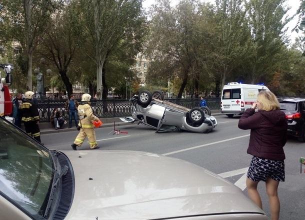 Поездка Renault Duster на крыше после столкновения с легковушкой попала на видео в центре Волгограда