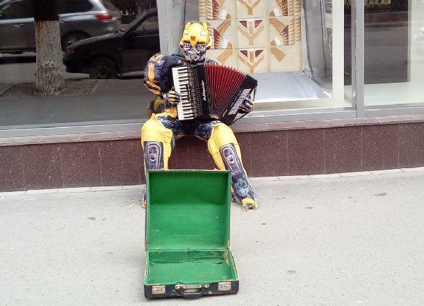 Бамблби из «Трансформеров» побирается на улицах Волгограда