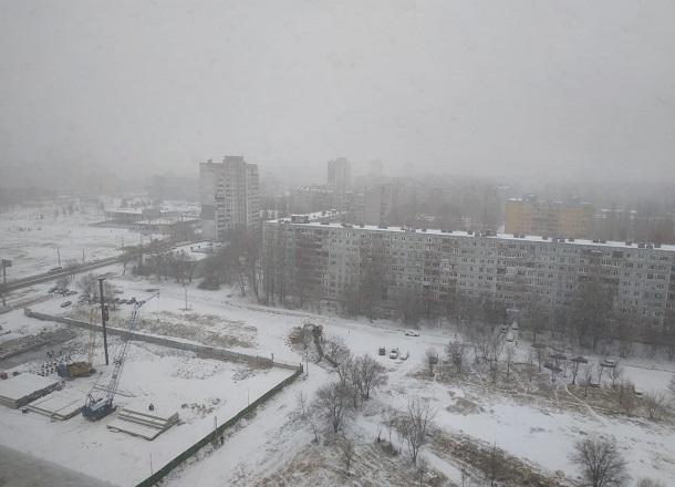 Зима пришла: волгоградцы делятся в соцсетях фотографиями заснеженного города