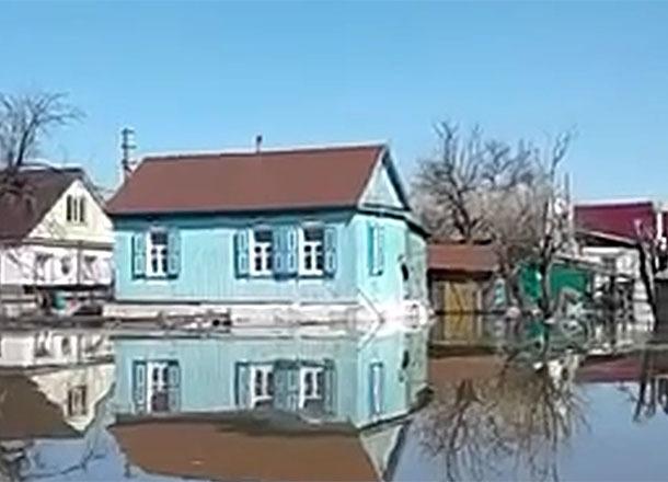 Оставшиеся без еды и воды жители затопленного Новоаннинского спасаются от мародеров